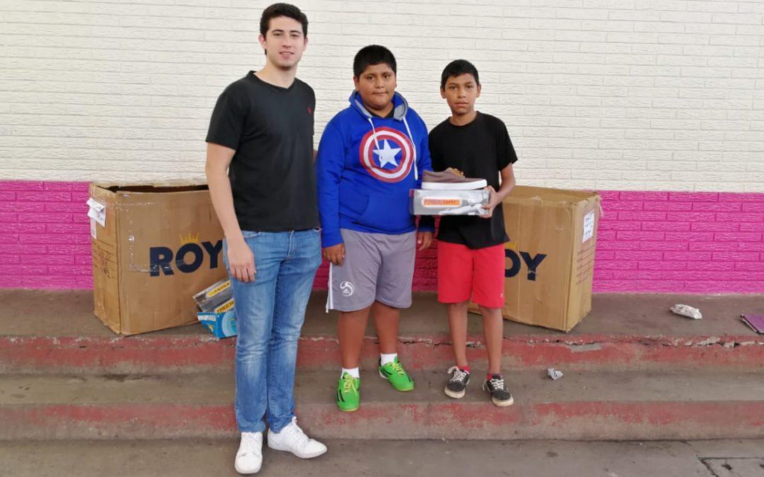 Universitarios entregan donativo de zapatos en el Programa Uno con Uno