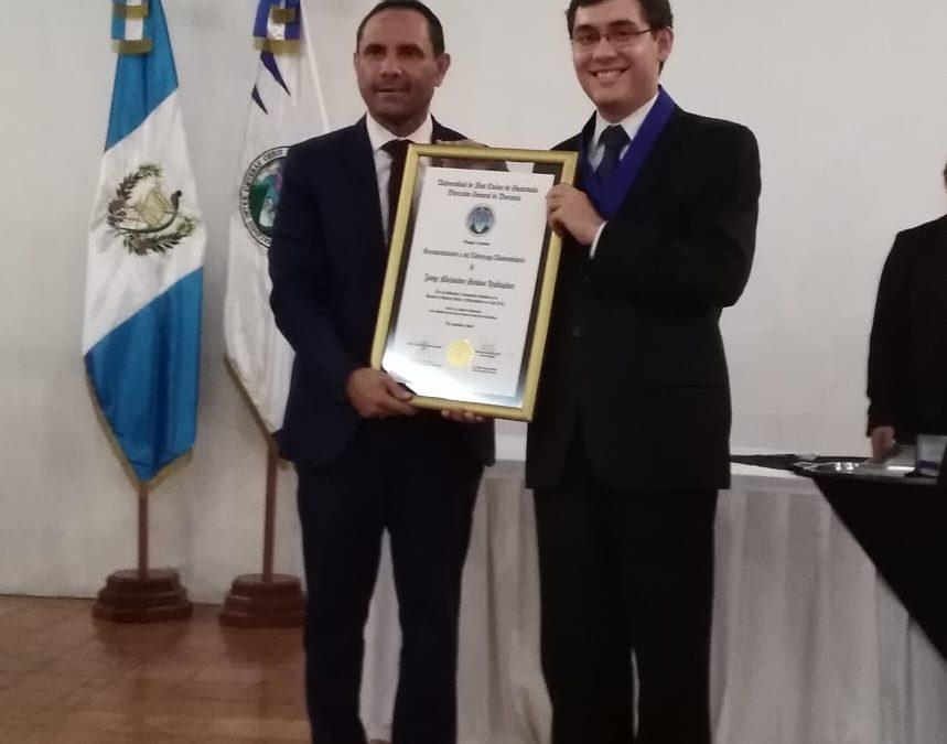 Residente de Balanyá recibe reconocimiento académico en la USAC